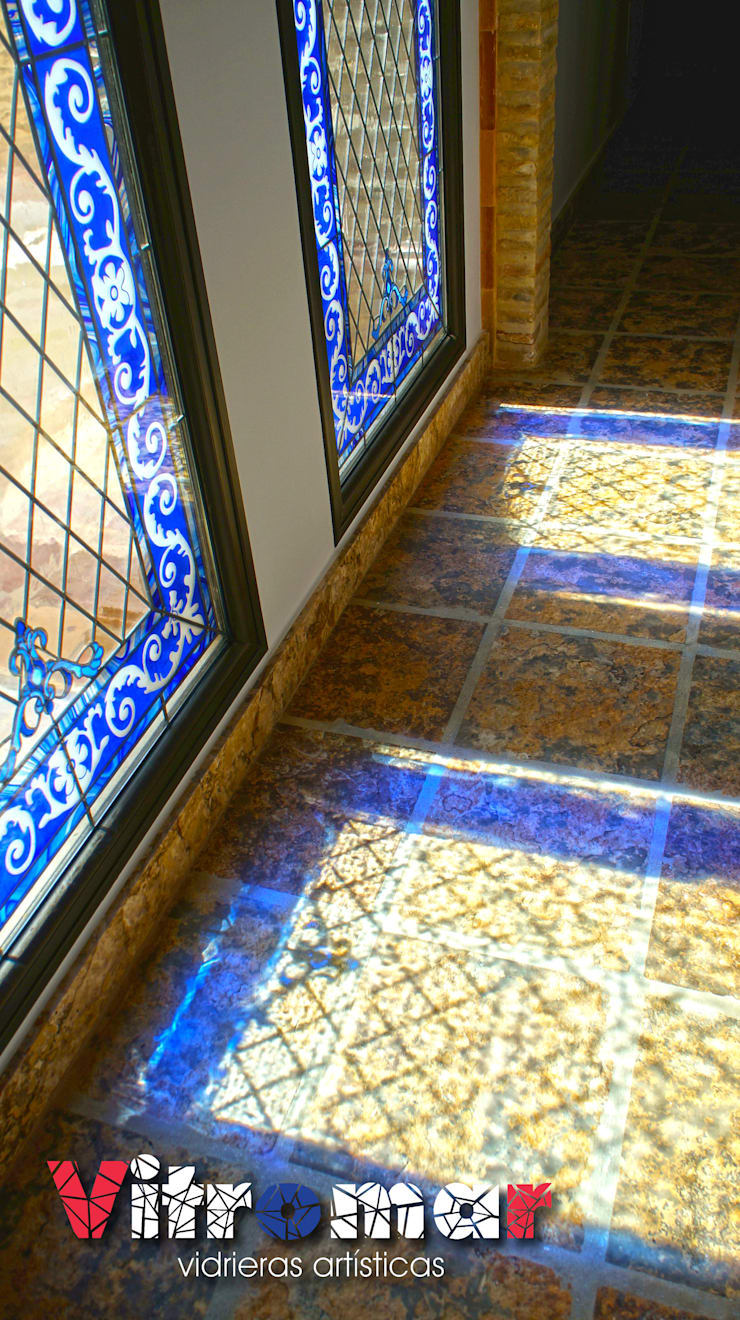 Reflejo de color: Puertas y ventanas de estilo  de Vitromar Vidrieras Artísticas