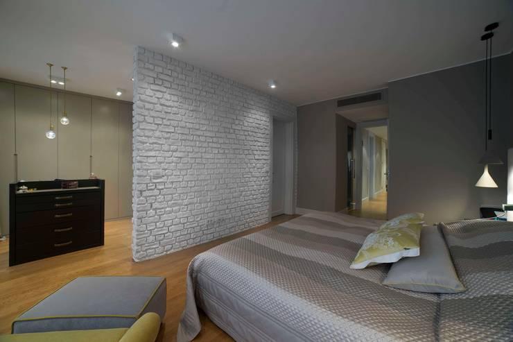 EO HOUSE:  Living room by Esra Kazmirci Mimarlik