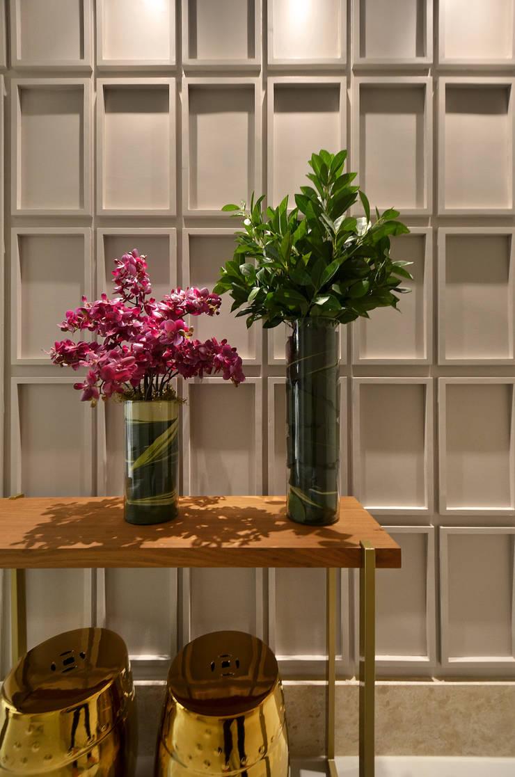 Hall S|R: Salas de estar  por Redecker + Sperb arquitetura e decoração