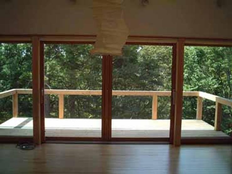 青山高原の家: エムカーヴェー一級建築士事務所が手掛けたリビングです。