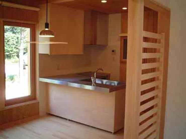 青山高原の家: エムカーヴェー一級建築士事務所が手掛けたキッチンです。