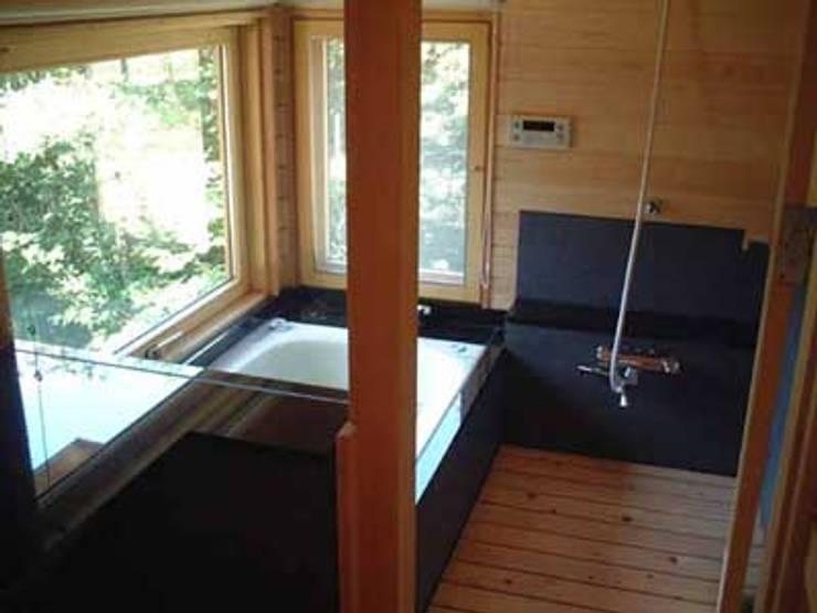青山高原の家: エムカーヴェー一級建築士事務所が手掛けた浴室です。