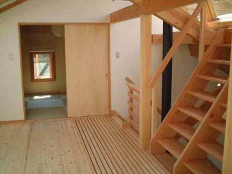 青山高原の家: エムカーヴェー一級建築士事務所が手掛けた和室です。
