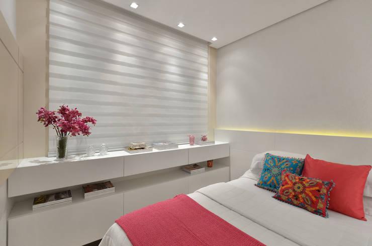 Recámaras de estilo  por Redecker + Sperb arquitetura e decoração