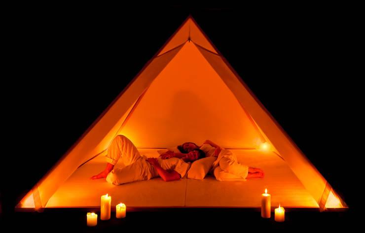 Camera da letto in stile  di CHORAM light.trans.forms