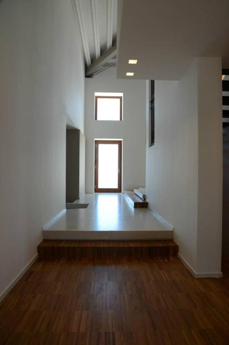 casa A&G:  in stile  di ellenia+tre architettura e ingegneria, Moderno