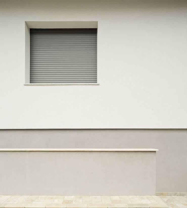 Esterno: Case in stile  di Grooppo.org