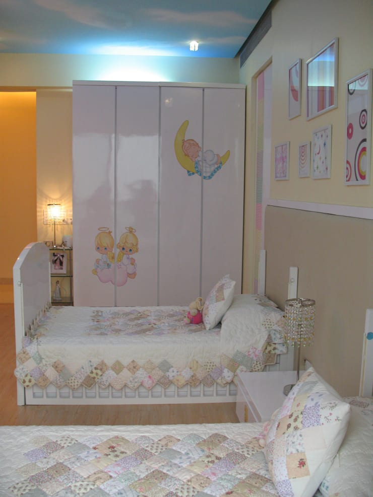 A SERENE NURSERY FOR TWO:  Nursery/kid's room by Hopskoch