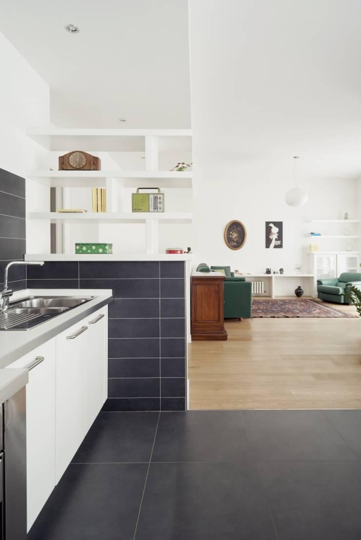 Cucina e Sala: Case in stile  di Grooppo.org