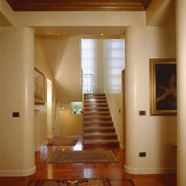 la scala dall'ingresso:  in stile  di ARCHITETTO MARCO TAGLIAPIETRA