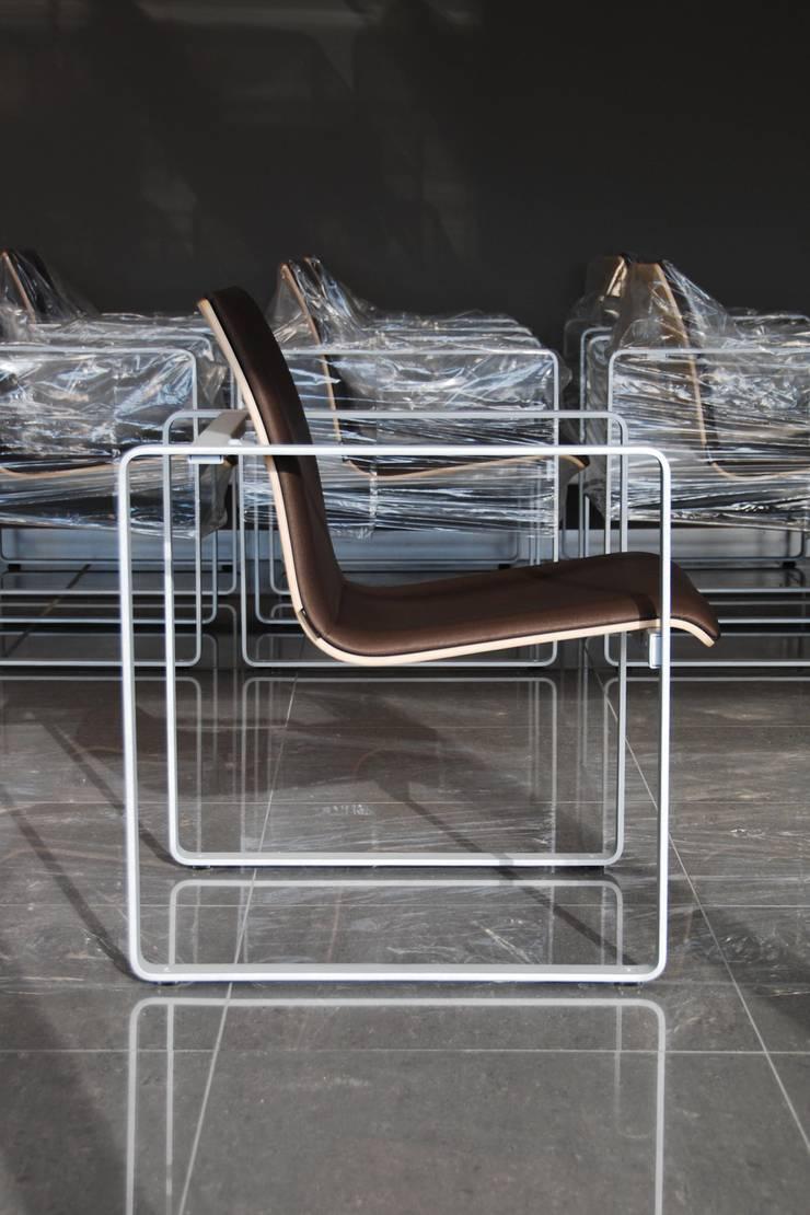 MODULO ESPERA FRAME: Oficinas y tiendas de estilo  de EXIT SEATING BARCELONA