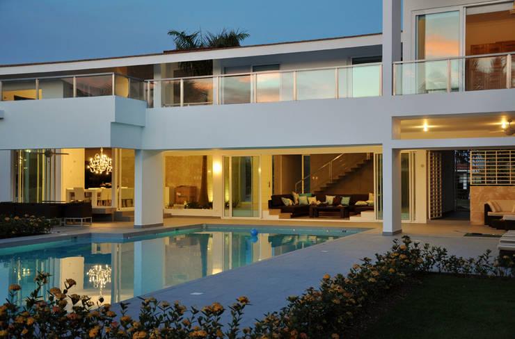 VILLA SANTO DOMINGO: Casa in stile  di MONTRESOR & ARDUINI,