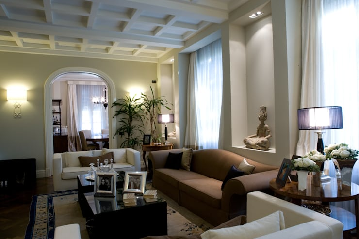 una casa classica: Soggiorno in stile  di archbcstudio