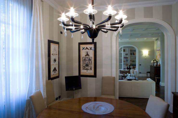 una casa classica: Sala da pranzo in stile  di archbcstudio