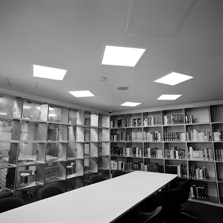 閲覧室からエントランスホール: Yoshiharu Shimazaki Architect Studio,INCが手掛けた美術館・博物館です。