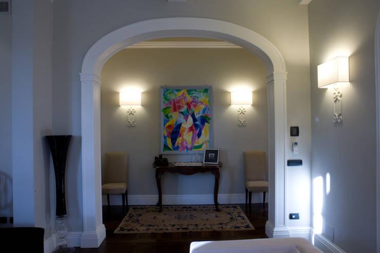 una casa classica: Ingresso & Corridoio in stile  di archbcstudio