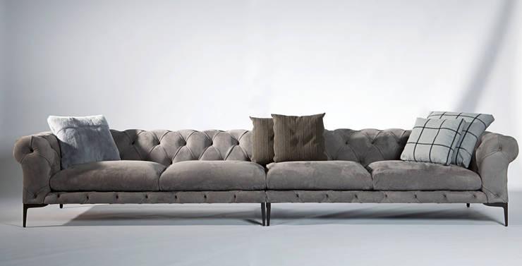 Harrison sofà: Soggiorno in stile in stile Classico di VALDICHIENTI