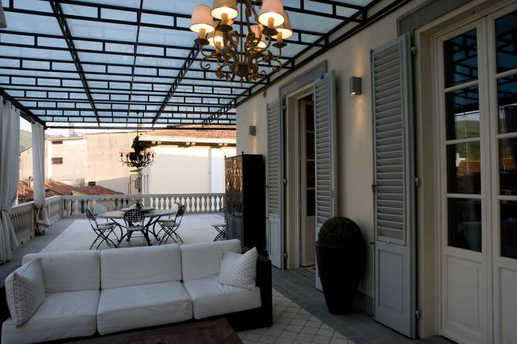 una casa classica: Terrazza in stile  di archbcstudio