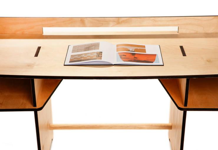 scrivania smontabile 113 x 50 h 74: Studio in stile  di MARIO PAGLIARO DESIGN