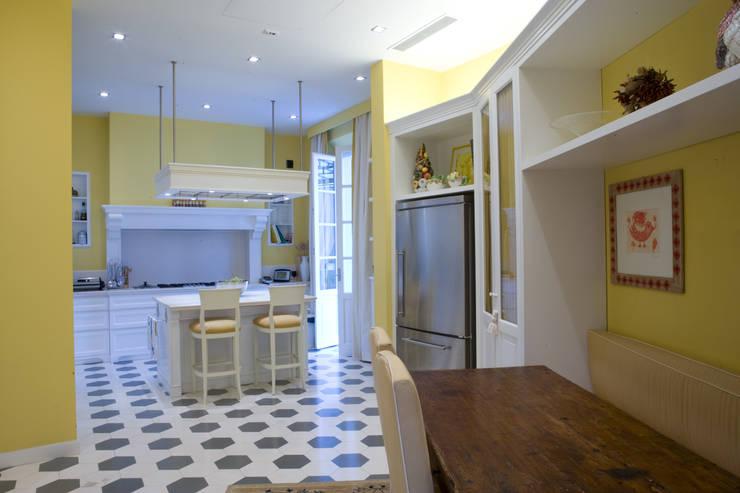 una casa classica: Cucina in stile in stile Classico di archbcstudio