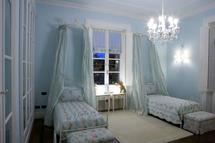 camera dei bambini: Camera da letto in stile in stile Classico di archbcstudio