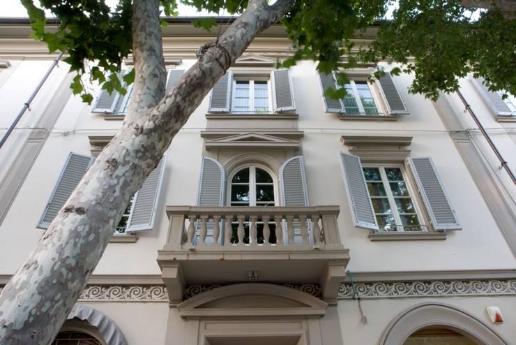 la facciata del palazzo: Case in stile  di archbcstudio