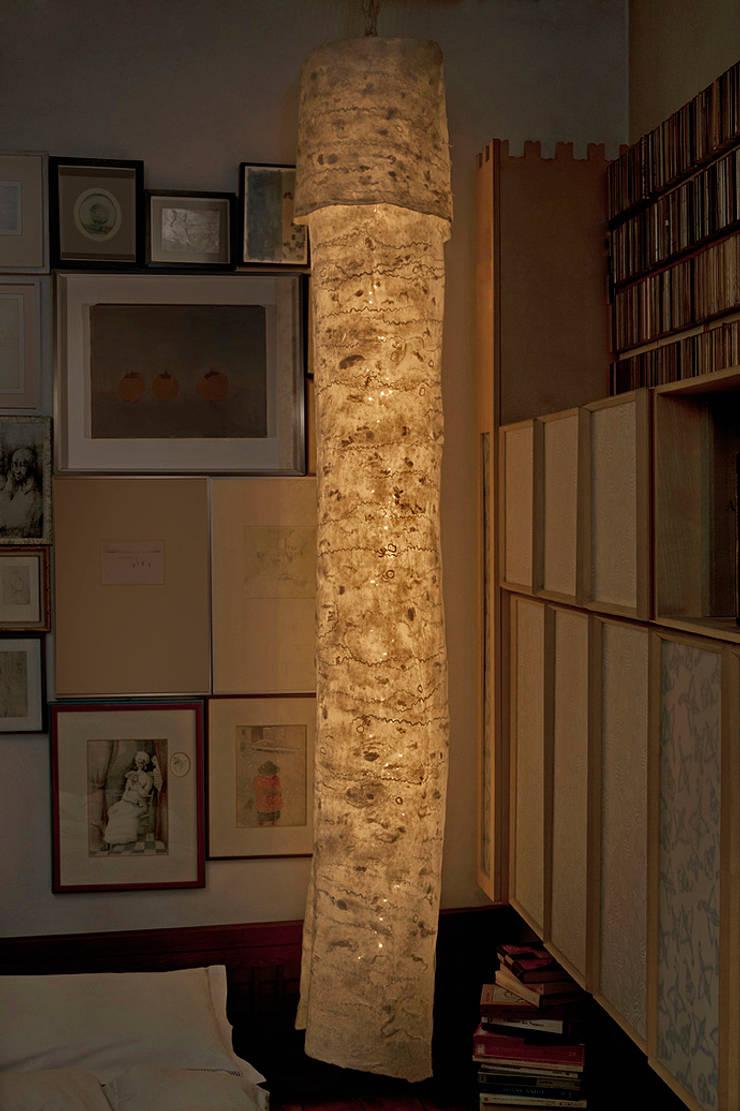Vaeste Ceiling Lamp in nunofelt: Casa in stile  di Judith Byberg