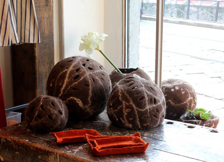 Luminous felt ball made of felt : Casa in stile  di Judith Byberg