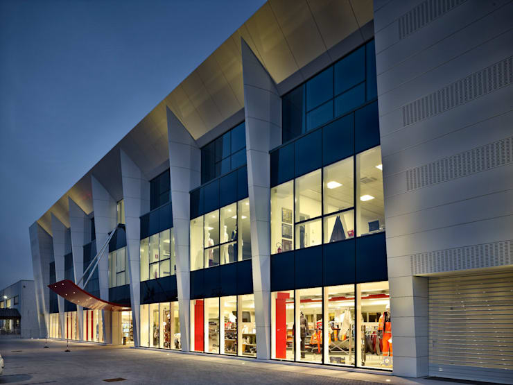 Blu Ice: Negozi & Locali Commerciali in stile  di MONTRESOR & ARDUINI