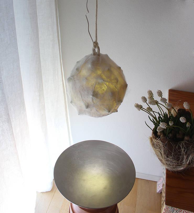 Ghegheios felt lamp 2014:  in stile  di Judith Byberg