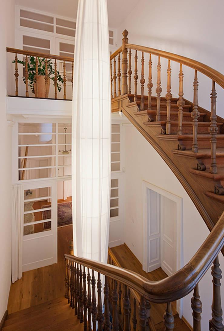 Leuchten im Treppenhaus einer Villa:   von LaProDi - Atelier Winter