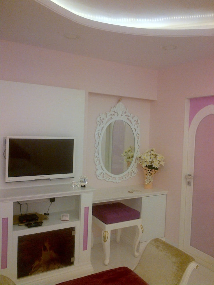 A PRINCESS' ROOM:  Nursery/kid's room by Hopskoch