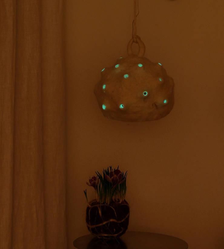 Bombulis felt lamp 2014: Casa in stile  di Judith Byberg