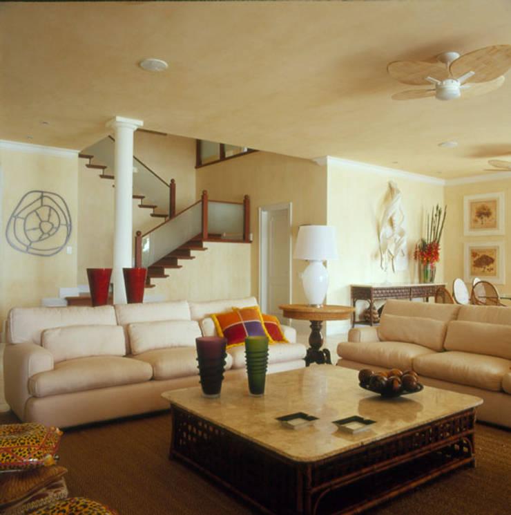 Casa Iporanga: Salas de estar  por Studio Oscar Mikail