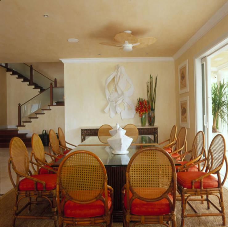 Casa Iporanga: Salas de jantar tropicais por Studio Oscar Mikail