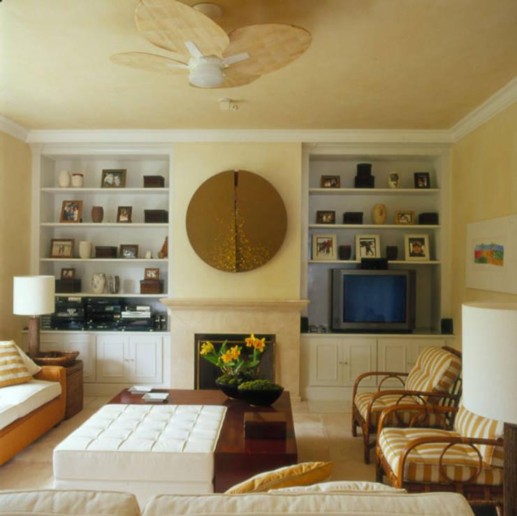 Casa Iporanga: Salas multimídia tropicais por Studio Oscar Mikail