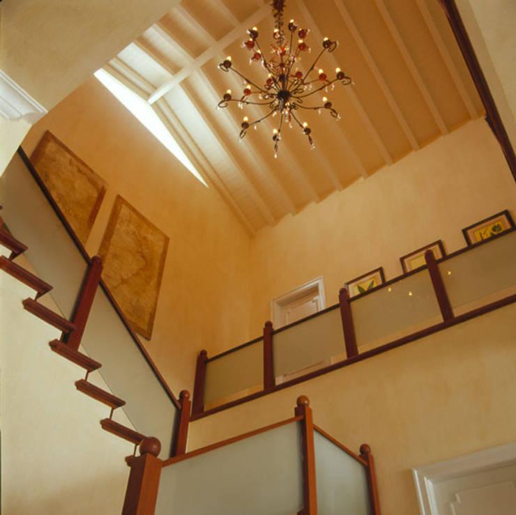 Casa Iporanga: Corredores e halls de entrada  por Studio Oscar Mikail