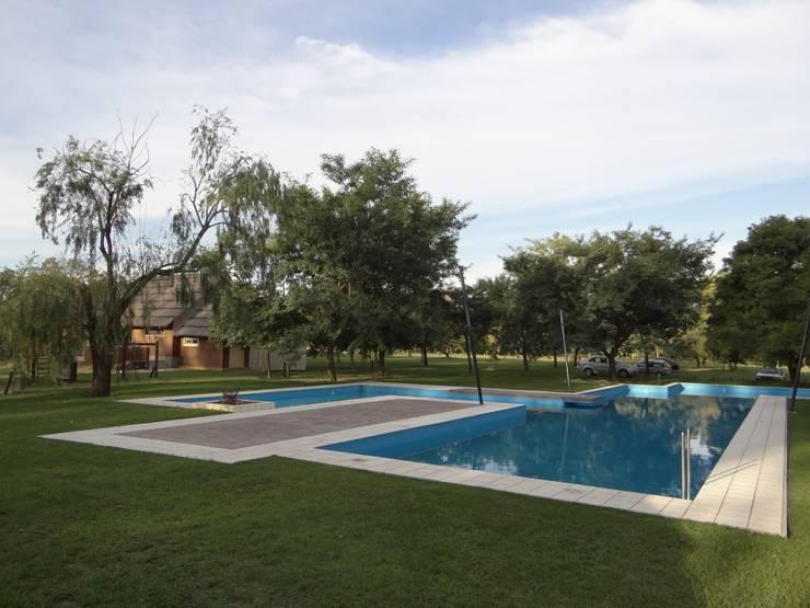 Solares de la Laguna - PISCINAS: Piletas de estilo  por D'ODORICO OFICINA DE ARQUITECTURA