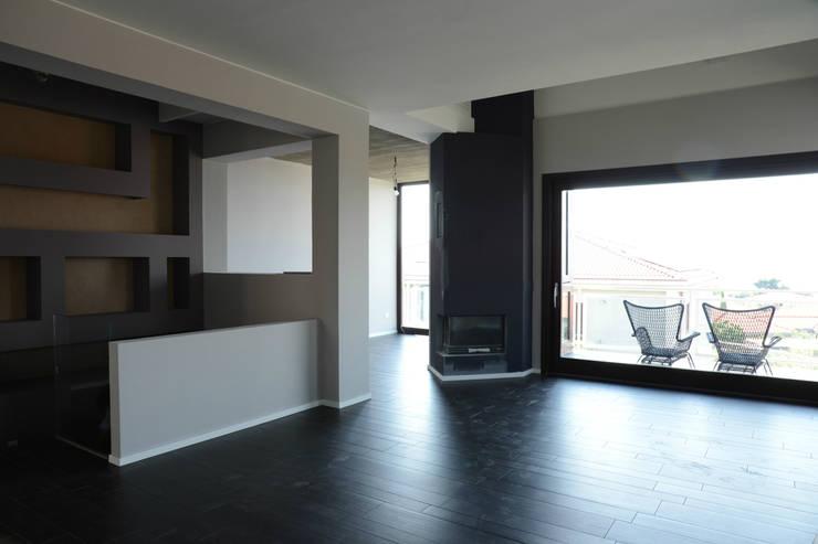 casa P:  in stile  di ellenia+tre architettura e ingegneria
