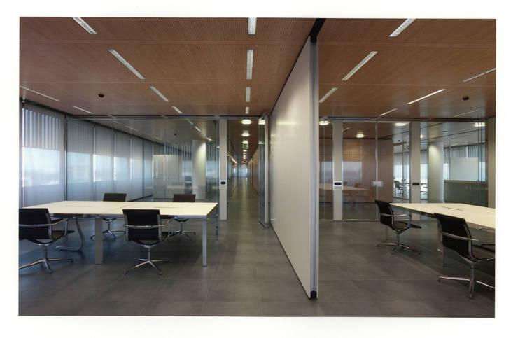 UFFICI CAMPARI E RESIDENZE : Complessi per uffici in stile  di Studio Marzorati
