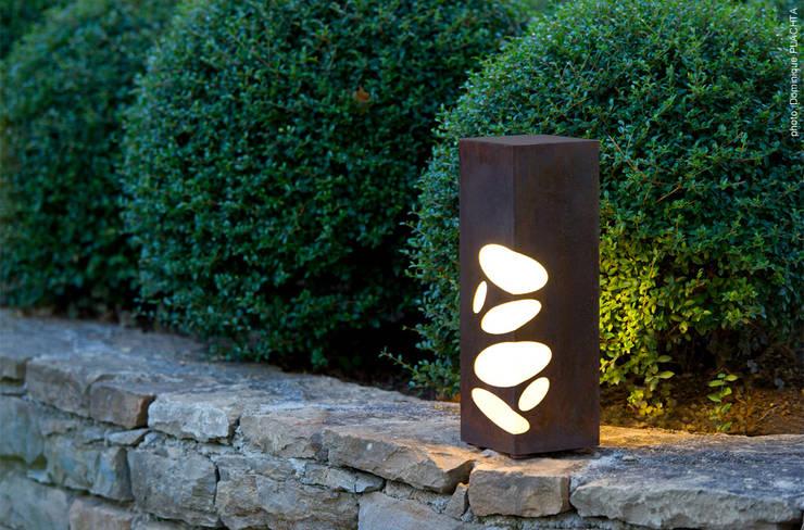 LYX luminaires: Jardin de style  par Claude Robin Création (CRC)