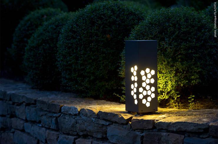 LYX luminaires: Jardin de style de style Moderne par Claude Robin Création (CRC)