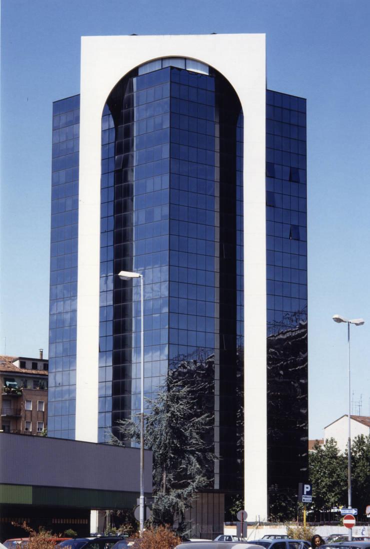 TORRE SOSPESA : Complessi per uffici in stile  di Studio Marzorati,