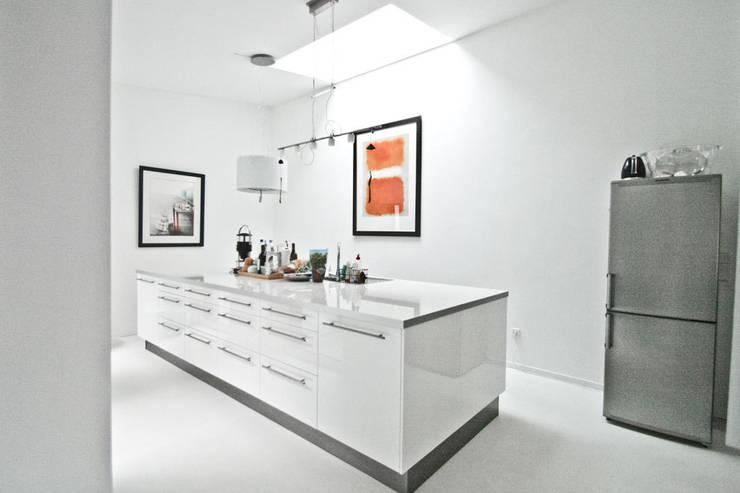 H93_Küche:  Küche von SzturArchitekten GmbH