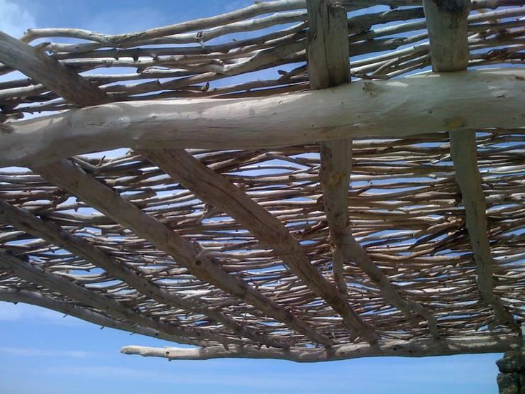 pergola en bois flotté en corse: Balcon, Veranda & Terrasse de style de style Méditerranéen par deco-nature
