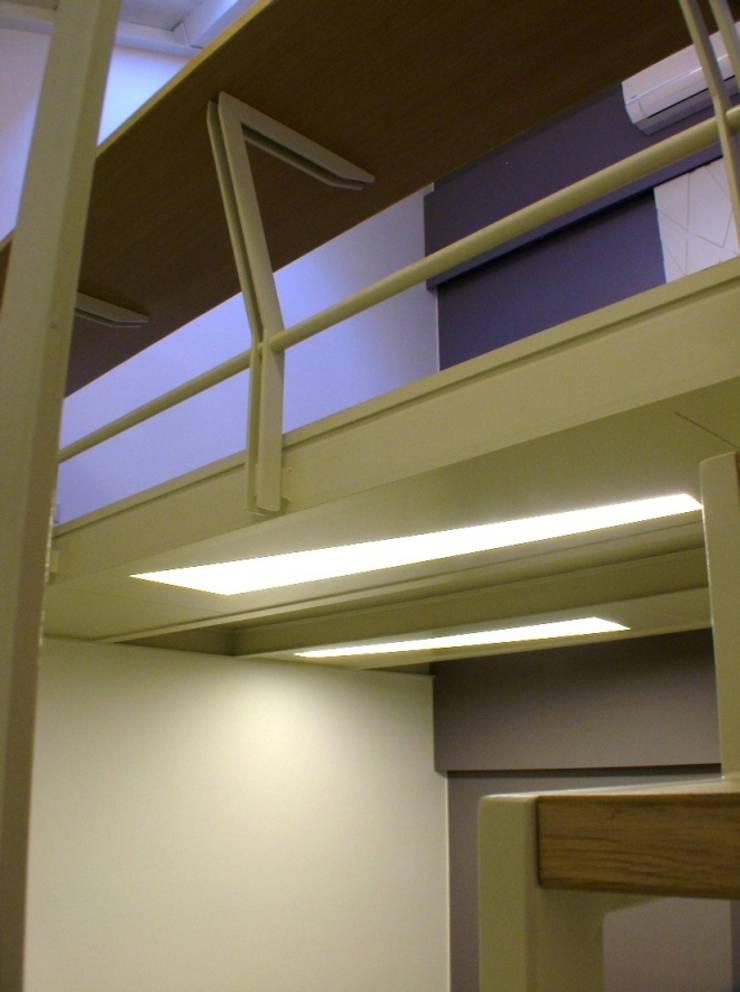 casa Pa:  in stile  di ellenia+tre architettura e ingegneria