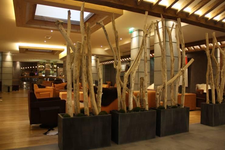 réalisations diverses en bois flotté: Locaux commerciaux & Magasins de style  par deco-nature
