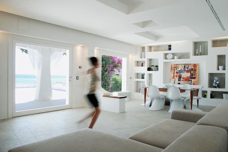 Villa TiMe - Soggiorno-pranzo: Soggiorno in stile  di DEFPOINT STUDIO   architettura  &  interni