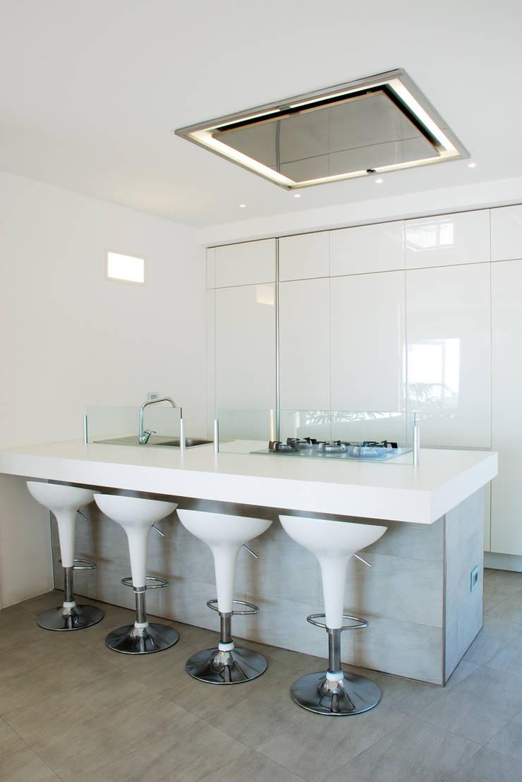 Villa TiMe - Snack e cucina: Soggiorno in stile  di DEFPOINT STUDIO   architettura  &  interni