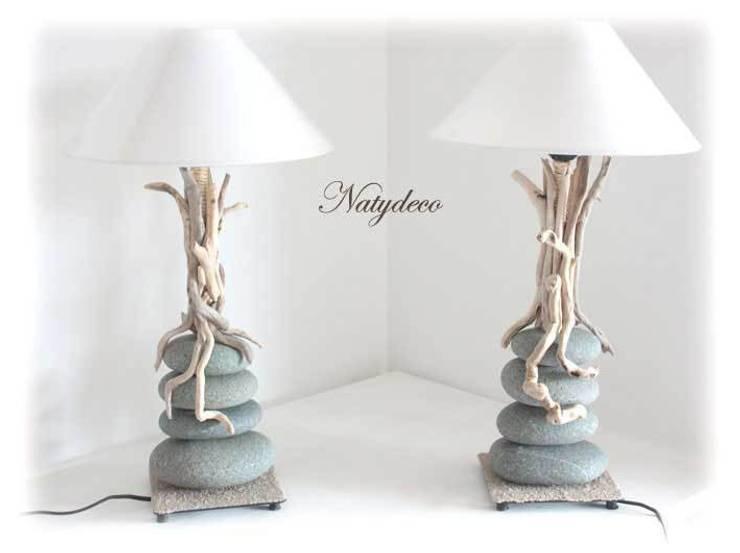 lampe galet et bois flotté: Maison de style  par Natydeco